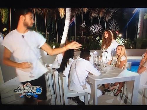 Les deux Julien quittent la table en insultant Nelly