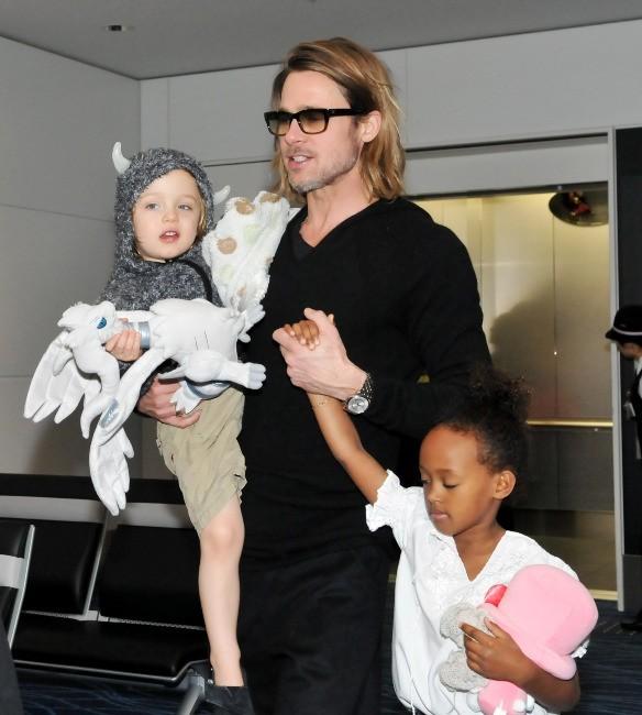 Angelina Jolie et Brad Pitt en famille à l'aéroport d'Haneda au Japon, le 10 novembre 2011.