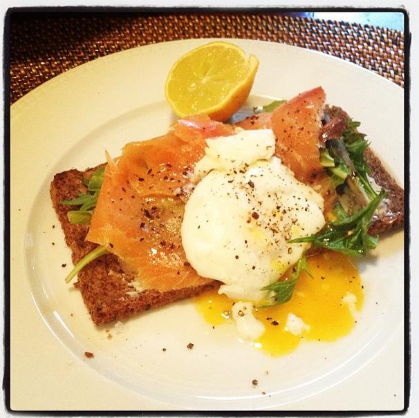 Petite tartine de saumon bio et fromage blanc pour des déjeuners légers