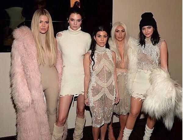 Photos : Kim Kardashian et ses soeurs étaient l'attraction principale du spectacle de Kanye West!