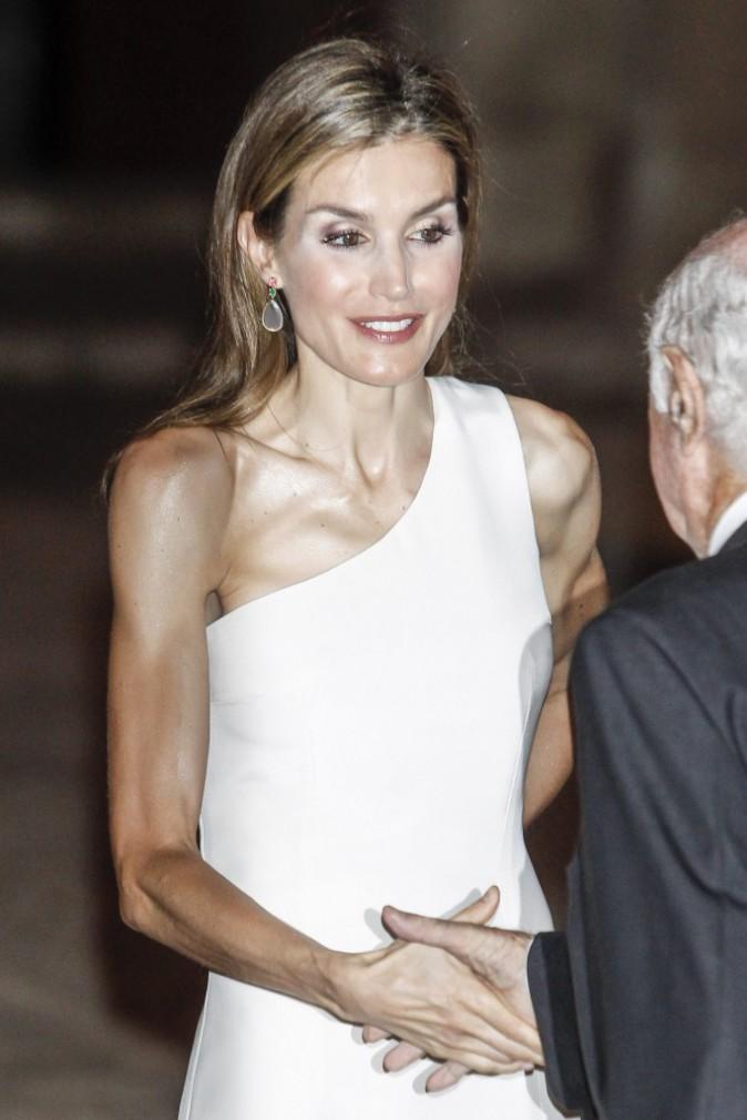 """Photos : Letizia d'Espagne : sexy dans sa robe """"one shoulder"""", elle s'affiche radieuse aux côtés de Felipe VI et Sofia !"""
