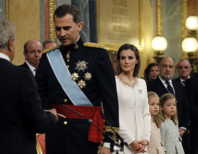 Photos : Letizia : pour le couronnement de Felipe VI, elle s'affiche plus radieuse que jamais aux côtés de ses poupées !