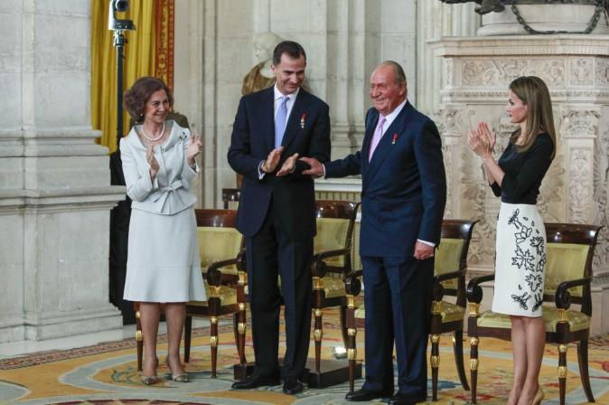Photos : Letizia : une mama glamour et complice avec ses filles alors que Felipe devient le nouveau roi d'Espagne !