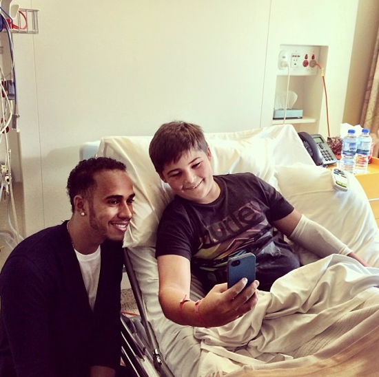 Lewis Hamilton en visite au Royal Hospital de Melbourne