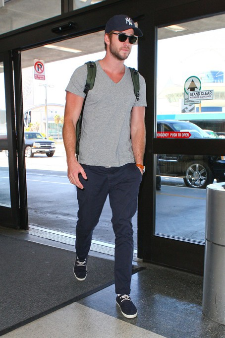 Liam Hemsworth à l'aéroport de LAX le 18 septembre 2013