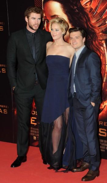 """Liam Hemsworth, Jennifer Lawrence et Josh Hutcherson lors de la première de """"Hunger Games : L'Embrasement"""" à Madrid, le 13 novembre 2013."""