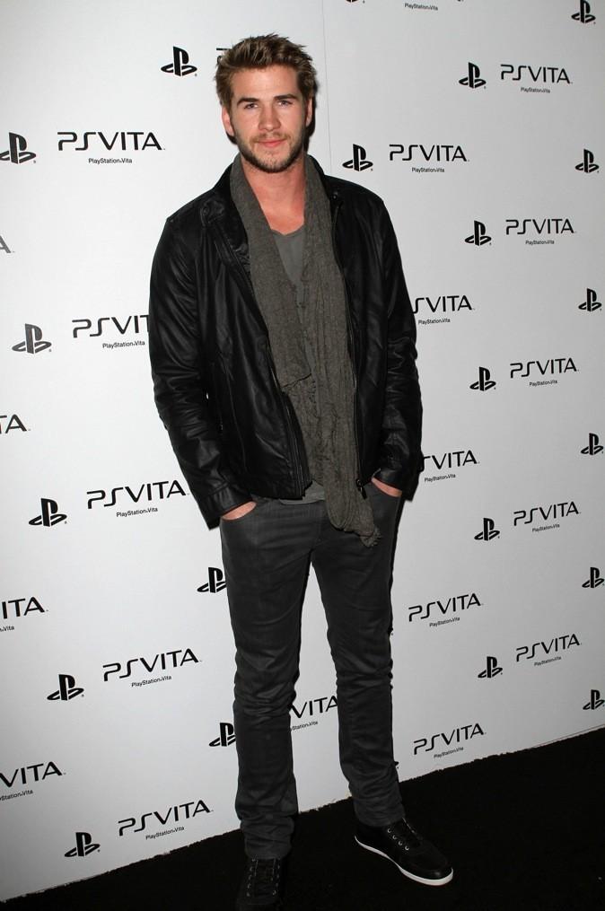 Avec une petite barbe, Liam Hemsworth est toujours aussi séduisant !