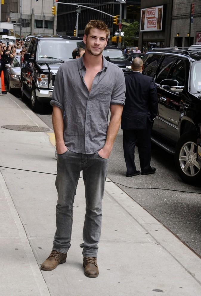 Liam Hemsworth, toujours les mains dans les poches !
