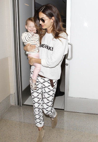 Lily Aldridge et sa fille Dixie à Los Angeles, le 25 mars 2014.