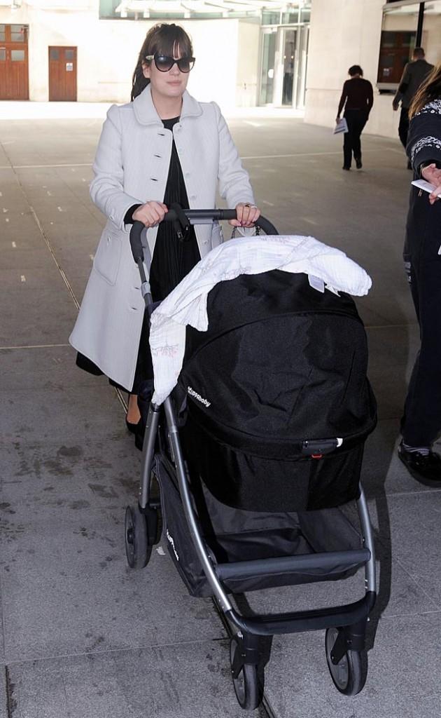 Lily Allen avec sa fille Marnie à Londres le 14 mars 2013