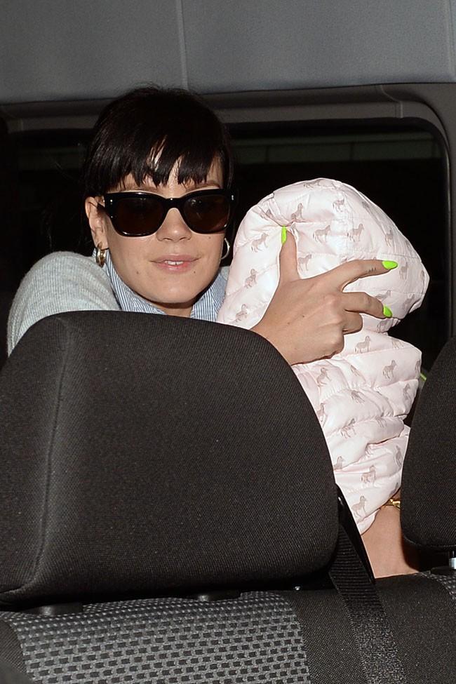 Lily Allen à l'aéroport JFK de New-York avec sa fille Marnie Rose le 17 mars 2014