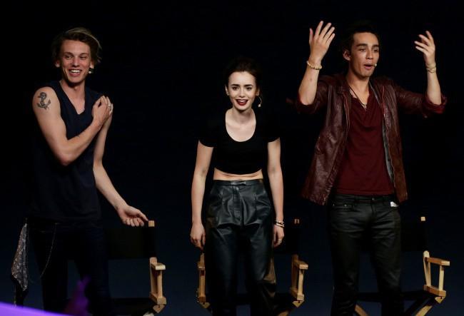 """Lily Collins, Jamie Campbell Bower et Robert Sheehan en promo pour """"The Mortal Instruments : La Cité des ténèbres"""" à Londres, le 19 août 2013."""