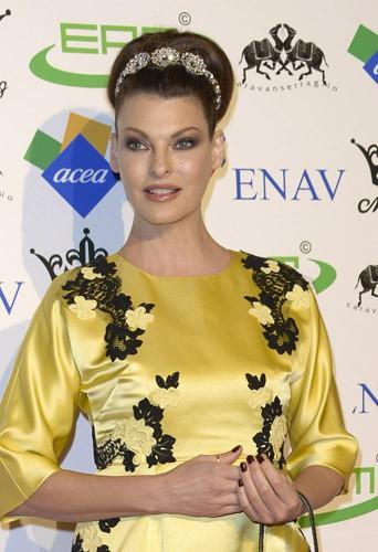Photos : Linda Evangelista : fraichement célibataire, l'ex-top s'affiche en poupée rétro et avec une mine rajeunie !