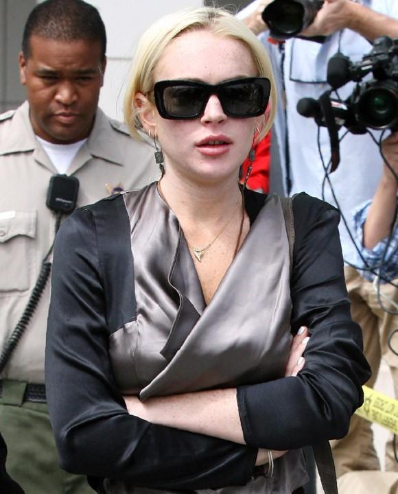 Lindsay Lohan, pas très épanouie à la sortie du tribunal...