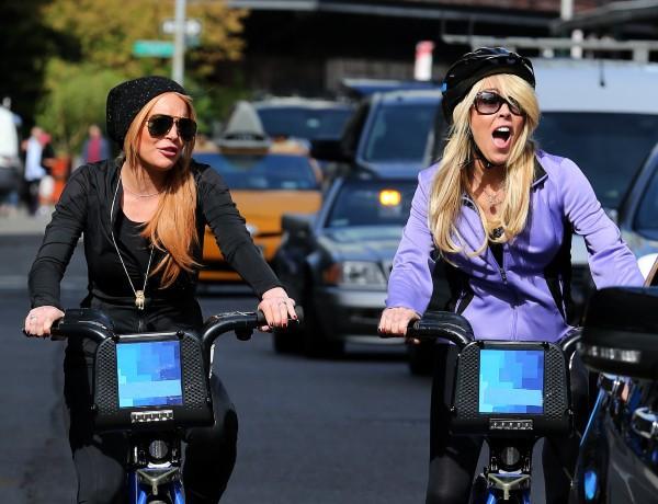Lindsay Lohan et sa mère Dina en balade à vélo à New York, le 8 octobre 2013.