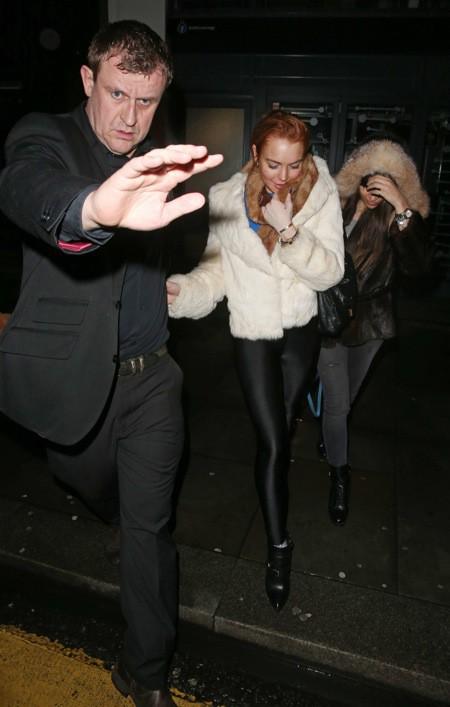 Photos : Lindsay Lohan : visiblement fatiguée, l'actrice s'affiche en petite forme à la sortie d'une boîte de nuit londonienne !
