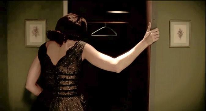 Vidéo : Lisa Edelstein ouvre un placard vide...