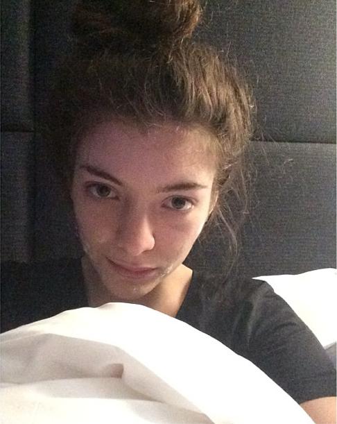 Lorde et sa crème anti-acné sur le visage !