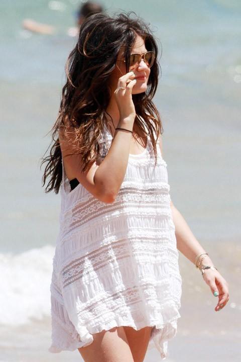Lucy Hale (Pretty Little Liars) à Hawaï le 1er juillet 2013