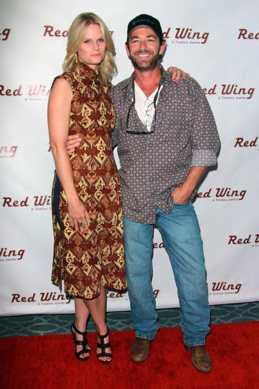 """Luke Perry et Joelle Carter à la première du film """"Red Wing"""" à Los Angeles, le 6 août 2013."""