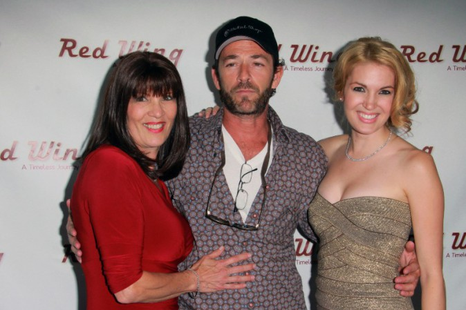 "Patricia Carpenter, Luke Perry et Breann Johnson à la première du film ""Red Wing"" à Los Angeles, le 6 août 2013."