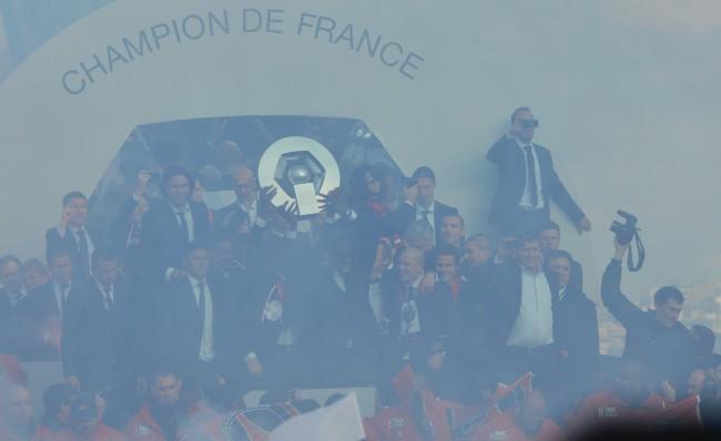 Les joueurs du PSG présentent leur trophée