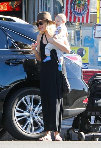 Malin Akerman en famille à Los Angeles le 26 décembre 2013