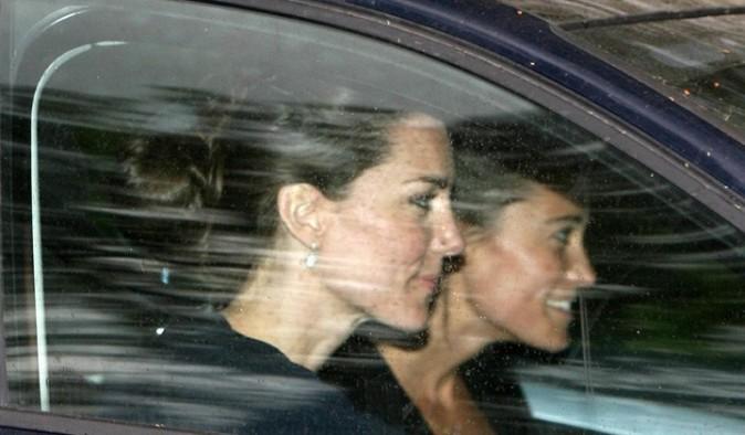 Kate Middleton et sa soeur Pippa quittant leur résidence familiale de Bucklebury, le 26 avril 2011.