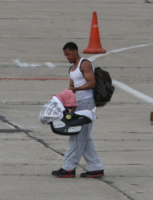 Nick Cannon et sa fille Monroe à l'aéroport du Bourget, le 29 avril 2012.