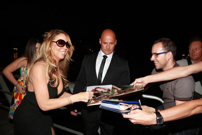 Mariah Carey  a pris le temps de signer des autographes à ses fans