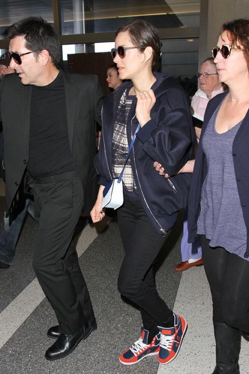 Marion Cotillard à l'aéroport de Los Angeles le 23 février 2015