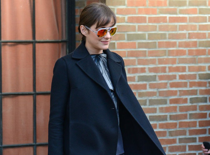 Marion Cotillard : elle succombe elle aussi à la tendance des lunettes de soleil colorées !