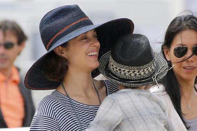 Marion Cotillard et Marcel au jumping de Chantilly le 19 juillet 2015