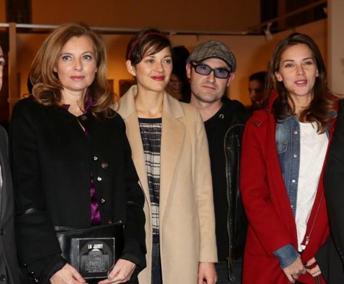 Valérie Trierweiler, Marion Cotillard et Mélissa Theuriau lors du vernissage de l'exposition de Florence Cassez à Paris, 6 décembre 2012.