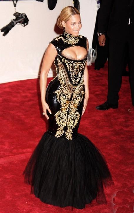 Beyoncé, pas à l'aise dans sa robe trop serrée !
