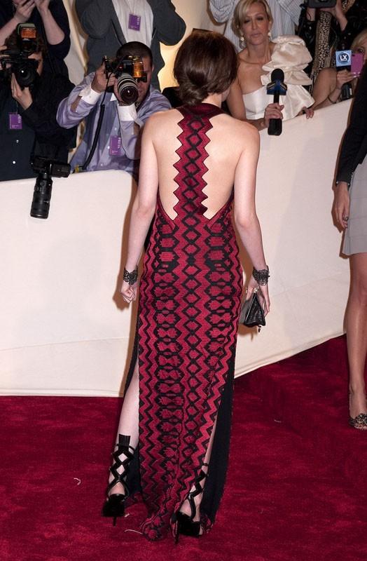 La robe de Kristen vaut le coup d'oeil de dos !