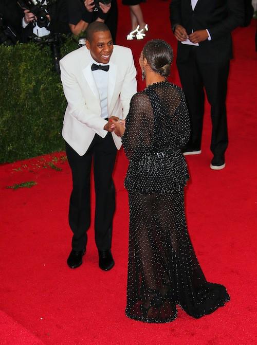 Jay-Z fait une fausse demande en mariage à Beyoncé qui vient de faire tomber sa bague