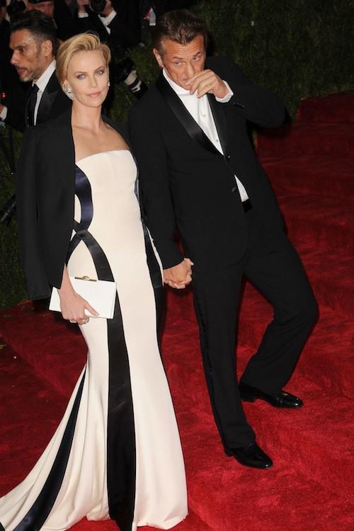 Sean Penn a besoin de deux marches de plus que Charlize Theron pour être à sa hauteur !