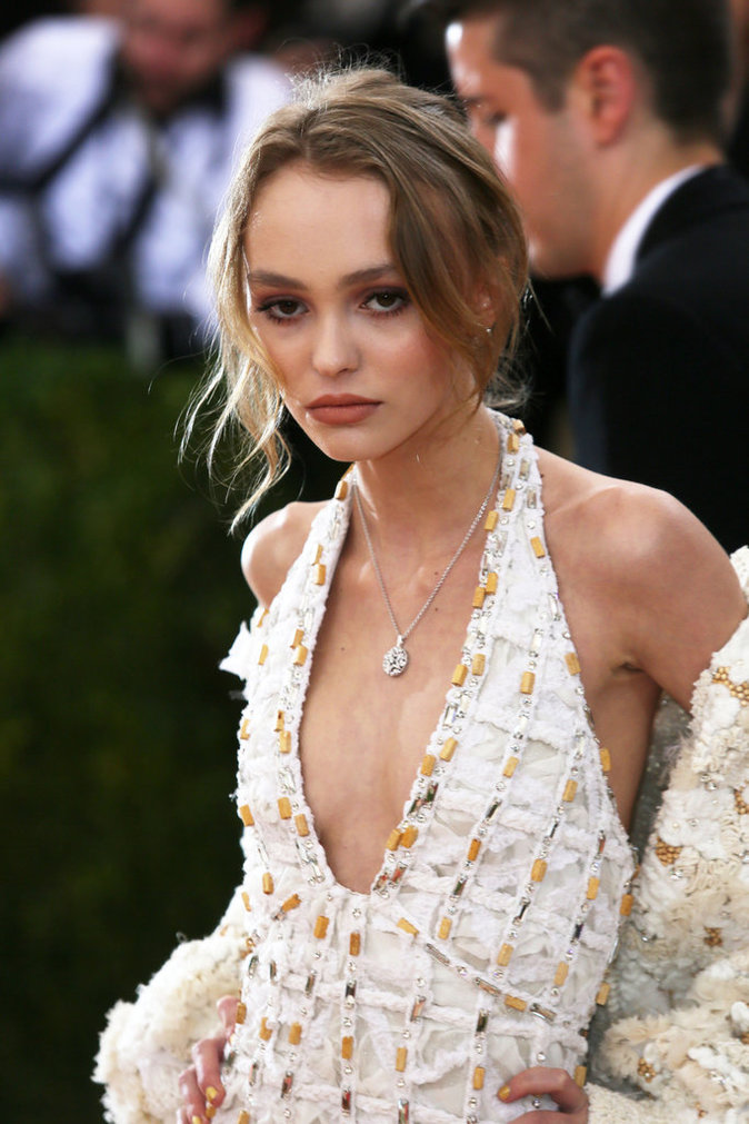 photos met gala 2016 lily rose depp joue dans la cour des grands met nant. Black Bedroom Furniture Sets. Home Design Ideas