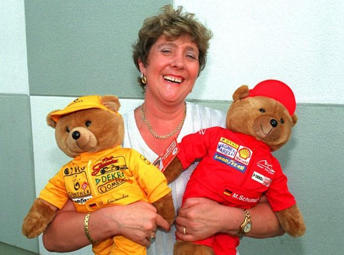 Elizabeth Schumacher en 1998 entourée d'un ourson rouge qui représente son fils Michael et d'un jaune qui symbolise son autre fils Ralph !