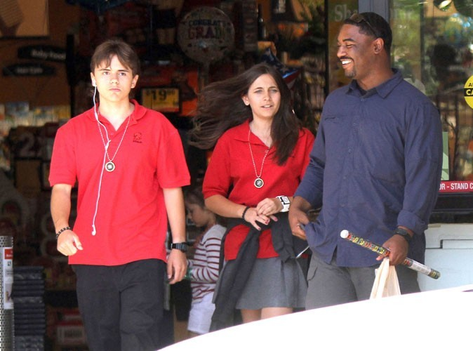 Photos : les enfants de Micheal Jackson sortent tout de même avec leur garde du corps, un mec sympa !