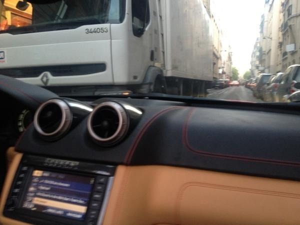 Pas pratique le camion poubelle face à la Ferrari