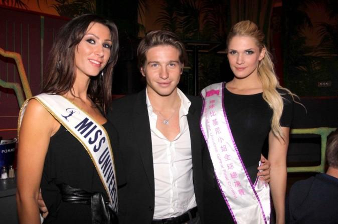 Mickaël Vendetta entouré d'Emmanuelle Chaussat et de Caroline de l'émission Dilemme, lors de l'élection de Miss Nationale 2012 à Paris, le 18 décembre 2011.