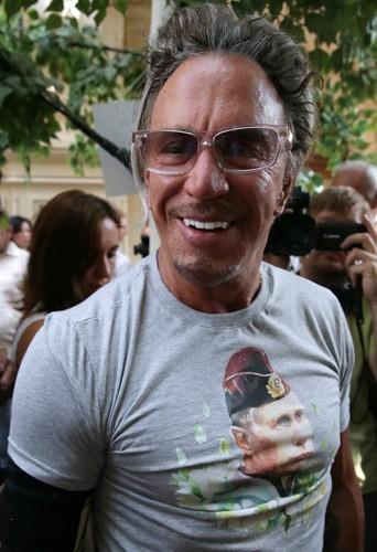 Mickey Rourke essaie des t-shirts à l'effigie de Vladimir à Moscou, le 11 août 2014