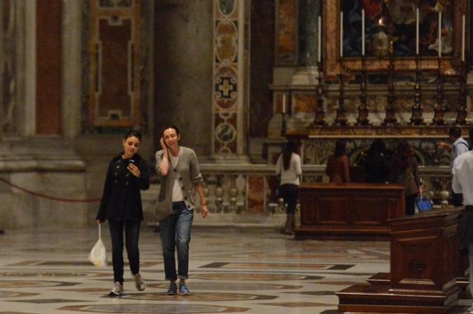 Mila Kunis à la basilique Saint-Pierre de Rome le 15 novembre 2012