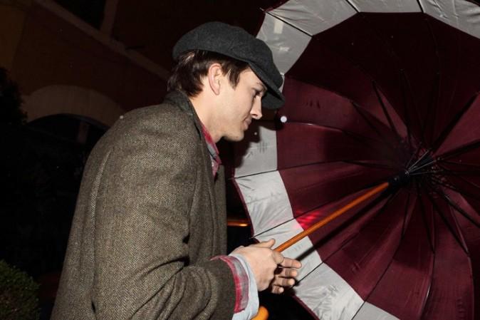 Mila Kunis et Ashton Kutcher à la sortie d'un restaurant de Rome le 18 novembre 2012