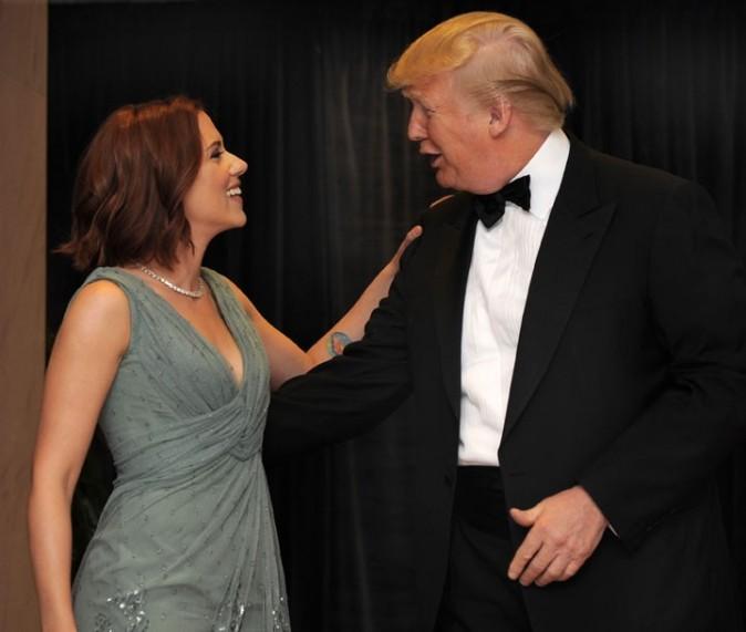 Scarlett Johansson, rousse, discute avec le milliardaire Donald Trump