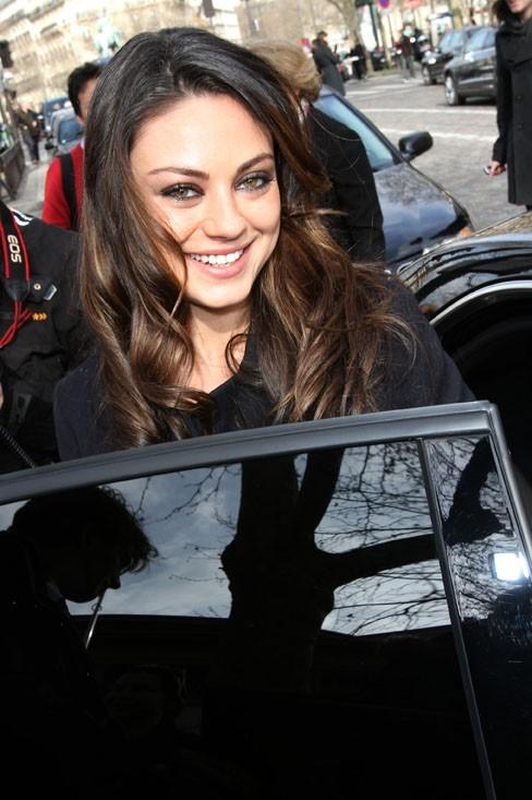 Mila Kunis, tellement heureuse d'être à Paris !