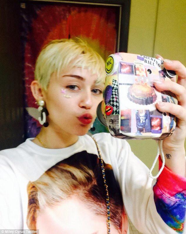 Miley Cyrus dévoile les coulisses de sa nouvelle tournée qui s'annonce complètement déjantée !