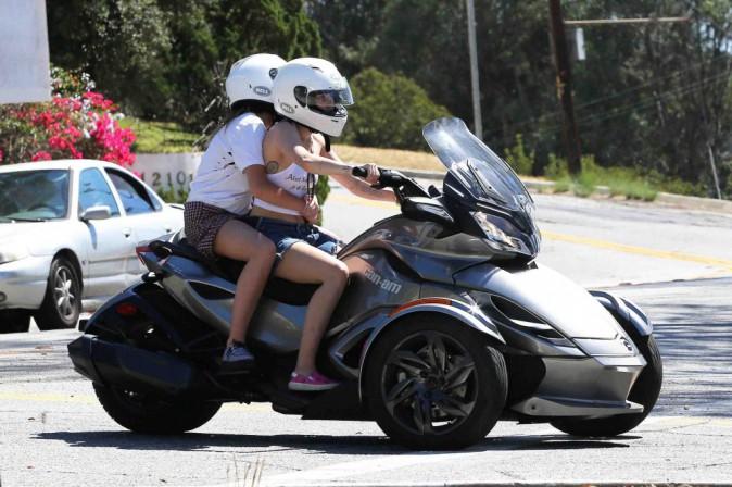 Miley Cyrus : elle emmène sa sœur Noah faire une balade sur sa moto à 3 roues !